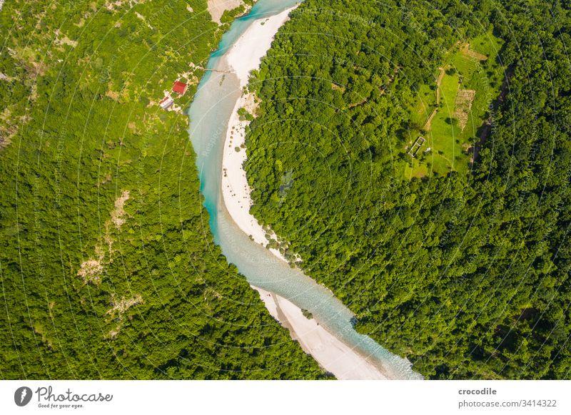 Nebenfluss zum Komani Stausee in Albanien Fluss Wildnis Freiheit Drohnenansicht See Berge u. Gebirge Balkan Wald Wasser Landschaft Außenaufnahme Menschenleer