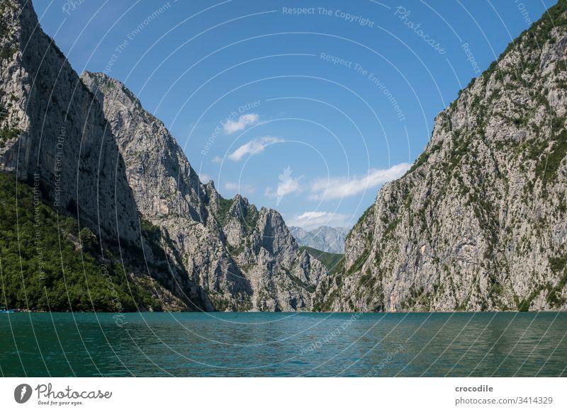 Komani Stausee in Albanien See Wasserkraftwerk Berge u. Gebirge Balkan Wald Landschaft Außenaufnahme Menschenleer Natur Umwelt blau Seeufer Schönes Wetter