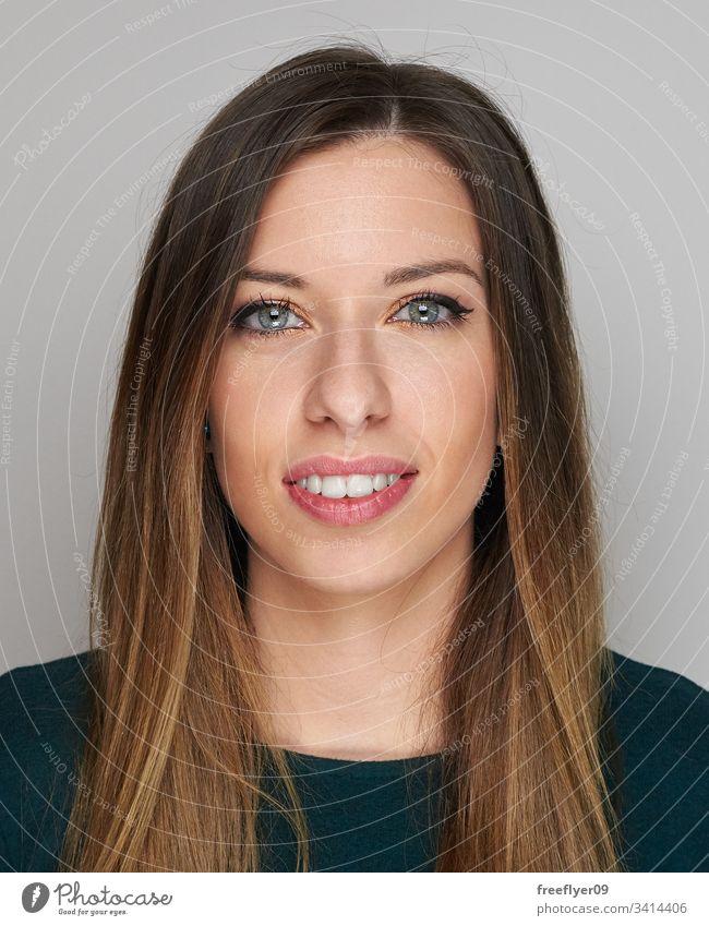 Porträt einer Frau auf grauem Hintergrund weiß dunkel Behaarung hart Licht blaue Augen attraktiv sexy vertikal Kopie Raum copyspace Textfreiraum langhaarig