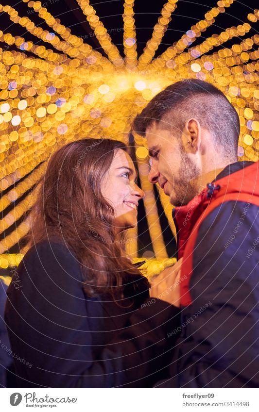 Junges Paar genießt die Weihnachtslichter Vigo Galicia Spanien Tourismus Liebe Kuss jung Kaukasier zwei Touristen Weihnachten Lichter Beleuchtung Bokeh Lächeln