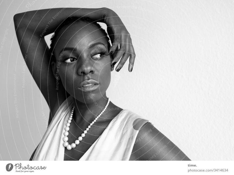 Tash besonders schön wachsam tageslicht melanin dunkelhäutig künstlerin schauspielerin beobachten schauen blick skeptisch feminin portrait weiblich kleid halten