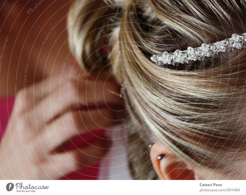 gleich ist es soweit... Haare & Frisuren Accessoire Schmuck Piercing Haarreif Diadem blond berühren glänzend ästhetisch dünn feminin Liebe Hand Hochzeit