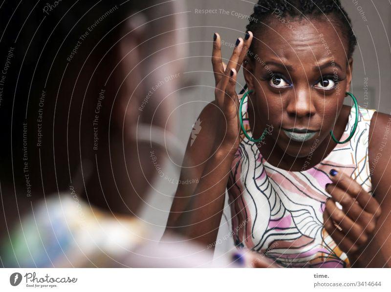 Tash besonders schön wachsam tageslicht melanin dunkelhäutig künstlerin schauspielerin beobachten schauen blick skeptisch feminin vorderansicht portrait