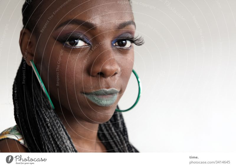 Tash portrait weiblich ohrring langhaarig lippenstift blick in die kamera melanin schauspielerin straight feminin cool skeptisch intensiv geflochten