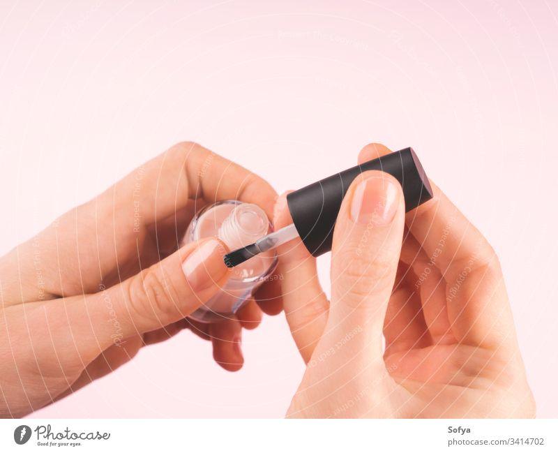 Nackten Nagellack auf die Hand der Frau auftragen nageln polnisch Finger Bürste Firnis schön Nahaufnahme Maniküre Pflege nackt bewerben Fingernagel Mode
