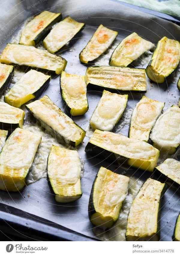 Mit Kräutern und Käse gebackene Zucchini Gemüse zerlaufen essen Pergament Küchenkräuter Italienisch Snack seitlich Vegetarier leicht Rezept Koch Lebensmittel