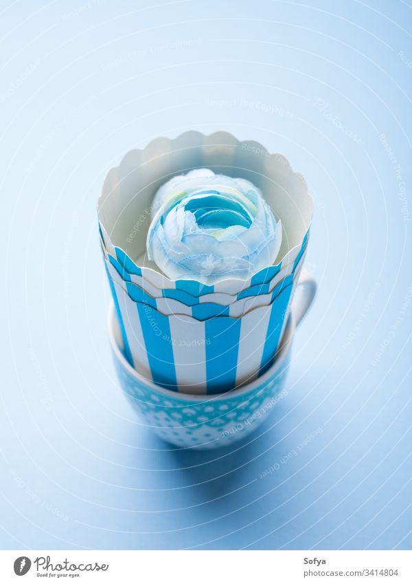 Stilleben mit blauen Tassen und Blume abstrakt sehr wenige noch Leben Kunst Konzept trinken essen Geschirr Keramik Design Monochrom Werkstatt Lebensmittel