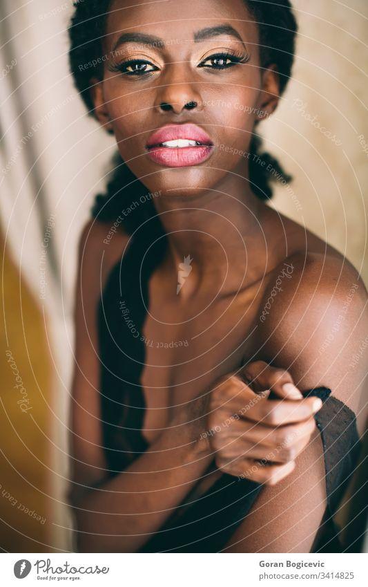 Junge schwarze Frau Erwachsener Afro-Look Amerikaner attraktiv Windstille charmant lockig niedlich ethnisch Ethnizität Mädchen heimwärts im Innenbereich