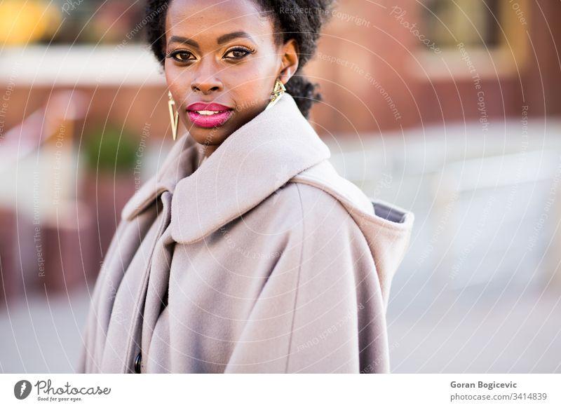 Junge schwarze Frau auf der Straße Ethnizität Windstille Tag Erwachsener sonnig Sonne Afro-Look Mädchen im Freien Amerikaner charmant Freizeit attraktiv lockig