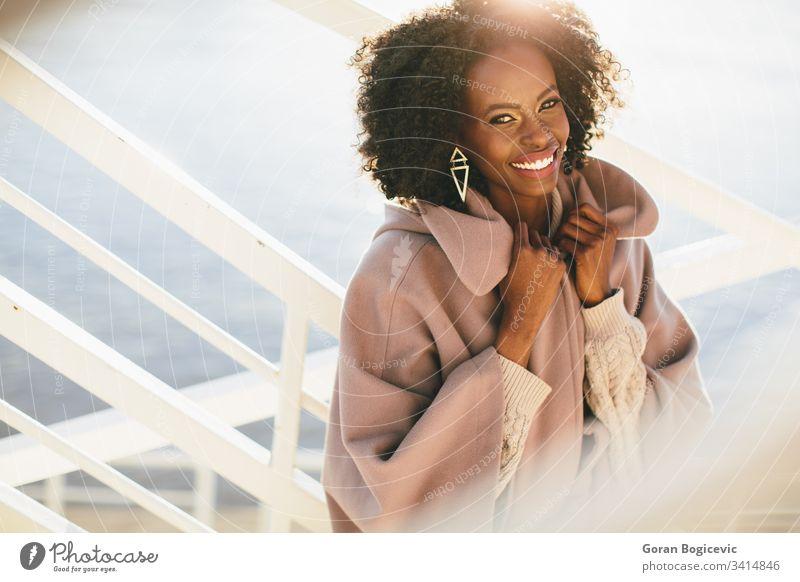Junge schwarze Frau Erwachsener Afro-Look Amerikaner attraktiv Windstille charmant lockig niedlich Tag ethnisch Ethnizität Mädchen Glück Freizeit Lifestyle