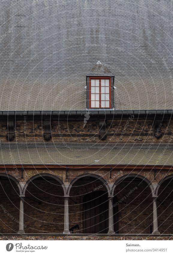 Edles Fenster fenster Dach Gebäude bogen Haus architektur Glas Fensterscheibe Mauer alt historisch Dachziegel Stein Außenaufnahme