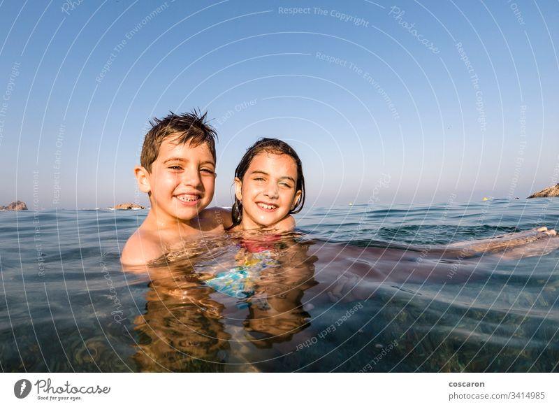 Zwei kleine Kinder spielen ins Meer aktiv Strand schön blau Junge Jungen Kindheit niedlich emotional genießen aufgeregt Gesicht Familie frisch Spaß Fröhlichkeit