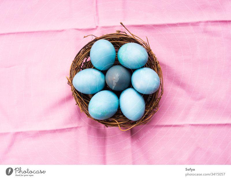 Bunte blaue gekochte Ostereier im Nest auf rosa Ostern Hintergrund farbenfroh Pastell oben Glück hart Pute jagen sehr wenige Ornament rustikal Gruß Saison