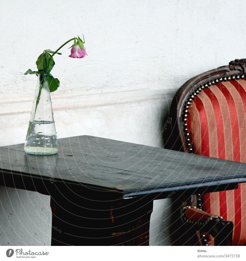 ausbleibende Kundschaft sessel café tisch blume vase corona wand draußen leer blüte wasserflasche schatten historisch edel elegant nostalgie holz hängender kopf