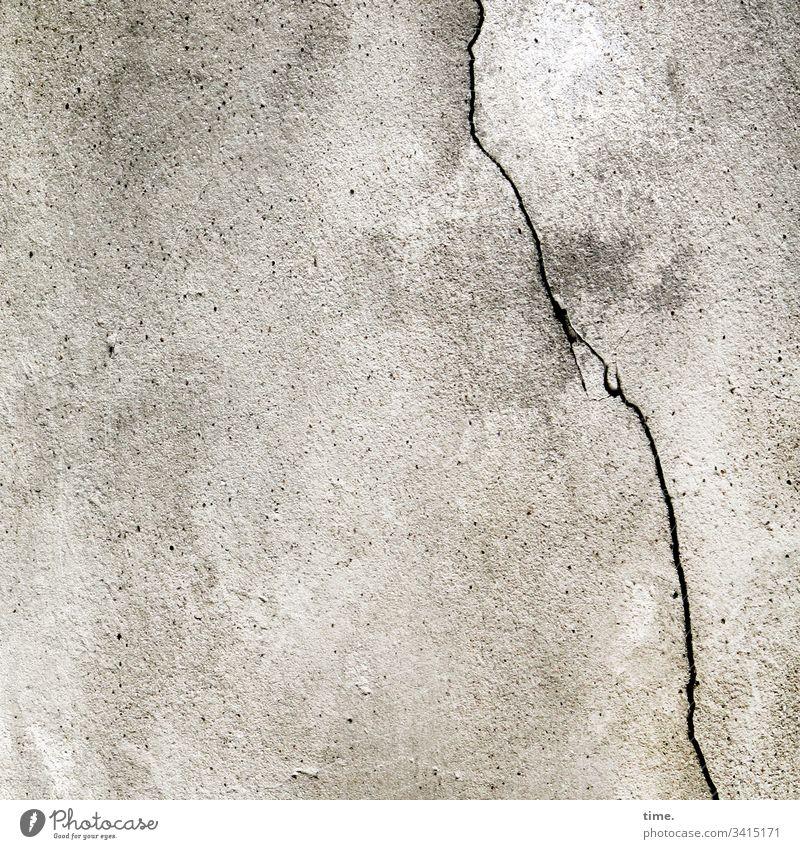 Mauerwerk skurril fassade perpektive inspiration rätsel blech wand zusammenhalt riss spalte kaputt trashig senkrecht grau putz mauer haus