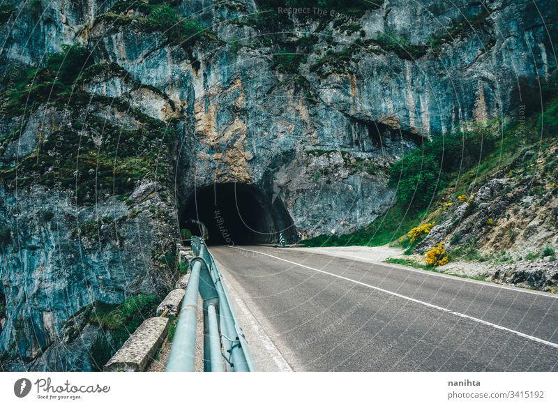 Natürliche Brücke über eine leere Straße natürlich Berge u. Gebirge reisen Ausflug allein Tiefenschärfe Höhle schön Landschaft wild Natur im Freien kalt