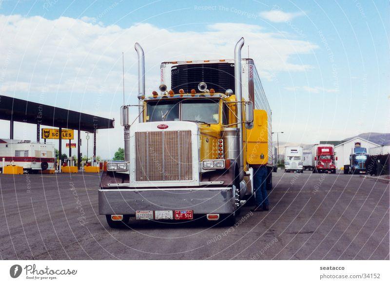 Peterbilt Truck Lastwagen Fernfahrer Fahrer gelb Tankstelle Verkehr Gefolgsleute Kühlwagen Gasstation USA Zugmaschine (LKW)