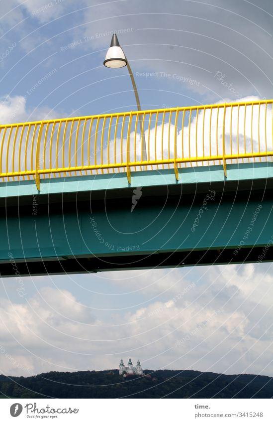 Tradition & Moderne brücke lampe straßenlaterne berg Gebäude himmel wolken metall stahl perpektive skurril architektur stahlträger brückengeländer modern