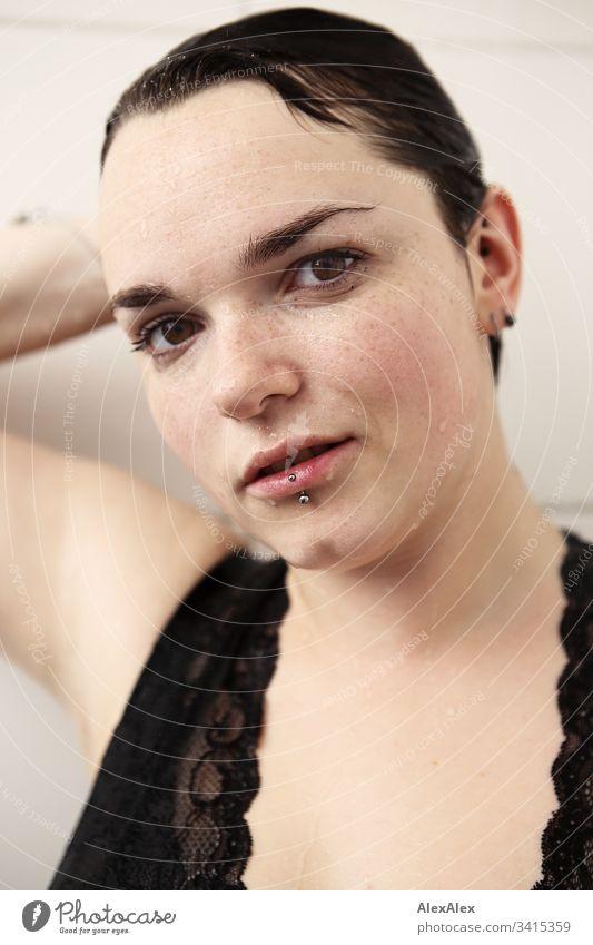 Portrait einer jungen Frau in der Dusche Dessous Unterwäsche Spitze Dekolleté Weiblichkeit Textfreiraum rechts Textfreiraum links Blick nach vorn Porträt
