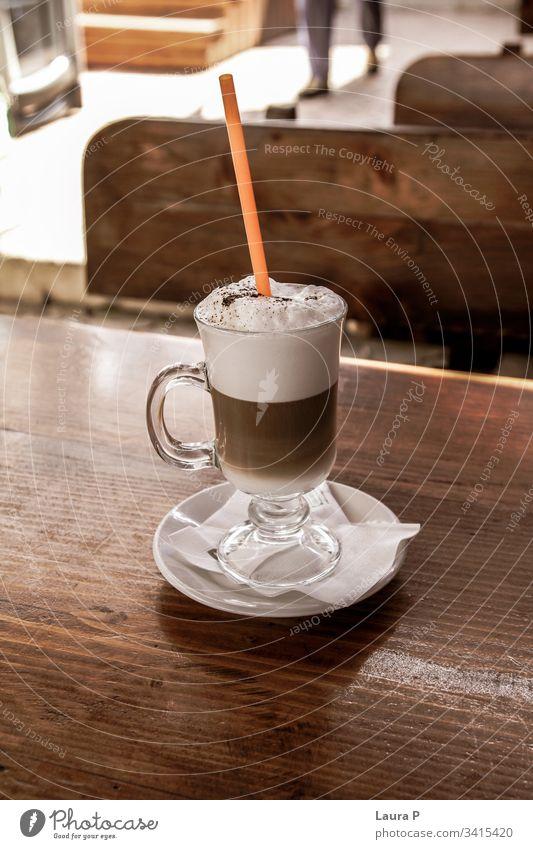 Café Latte in einem Glas auf einem Holztisch Foodfotografie Tasse Kakao Heißgetränk Getränk Vegetarische Ernährung Lebensmittel Kaffee Cappuccino moccachino