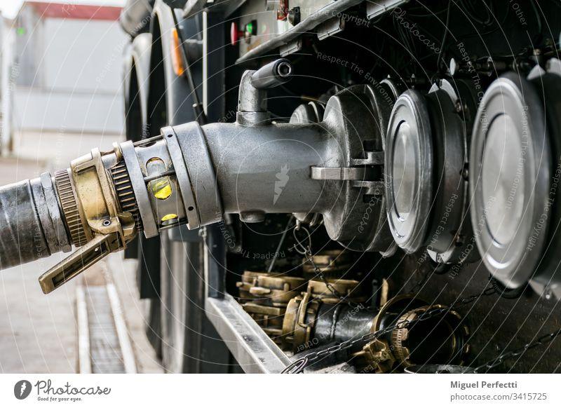 Entladen eines Kraftstofftankwagens Tankwagen Lastwagen gefährliche Güter Flüssigtransport Vorrat Erdöl Ölindustrie Landfahrzeug Anhänger Spedition