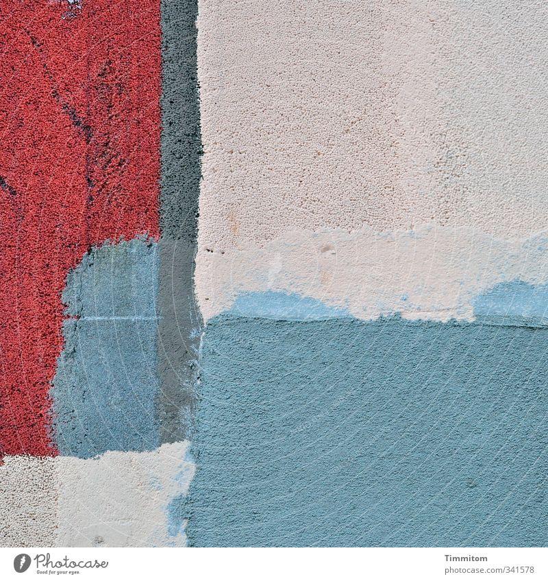 Straßenschönheit. blau weiß Farbe rot Wand Gefühle Mauer Linie Kunst Fassade ästhetisch einfach Putz eckig Styropor gespachtelt