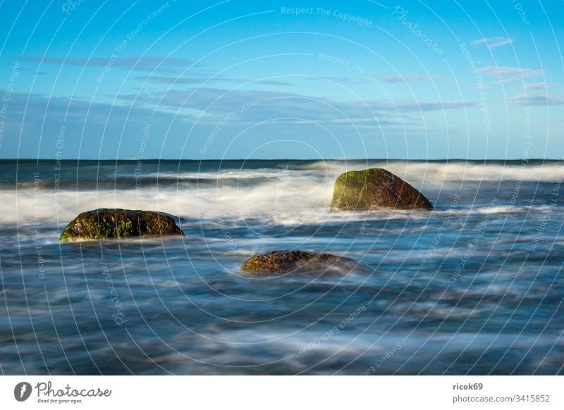 Steine an der Ostseeküste bei Warnemünde an einem stürmischen Tag Küste Meer Felsen Findlinge Himmel Wolken blau Mecklenburg-Vorpommern Landschaft Natur heiter