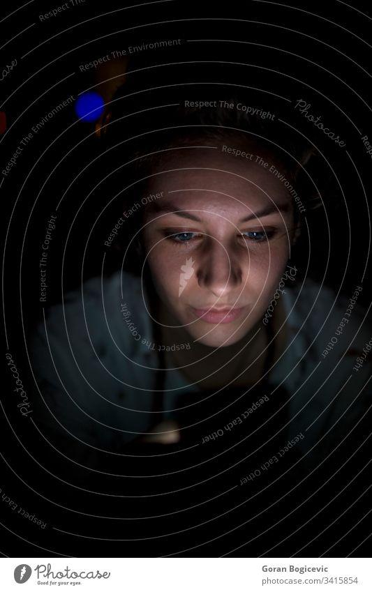 Junge Frau benutzt spät nachts ein Mobiltelefon Gesicht Porträt Mobile Internet Nacht Telefon jung dunkel schön Lifestyle Funktelefon Mitteilung
