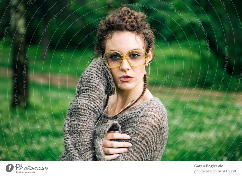 Hübsche junge Frau mit Brille im Wald Gesicht hübsch lässig Mädchen Erwachsener attraktiv Porträt schön Kaukasier natürlich niedlich Park außerhalb Person