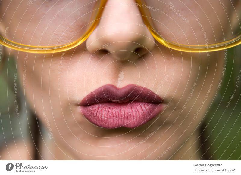 Porträt einer jungen Frau Lippen Gesicht schön Brille Erwachsener Mädchen Blick Kaukasier Person hübsch attraktiv Ausdruck Nahaufnahme modern