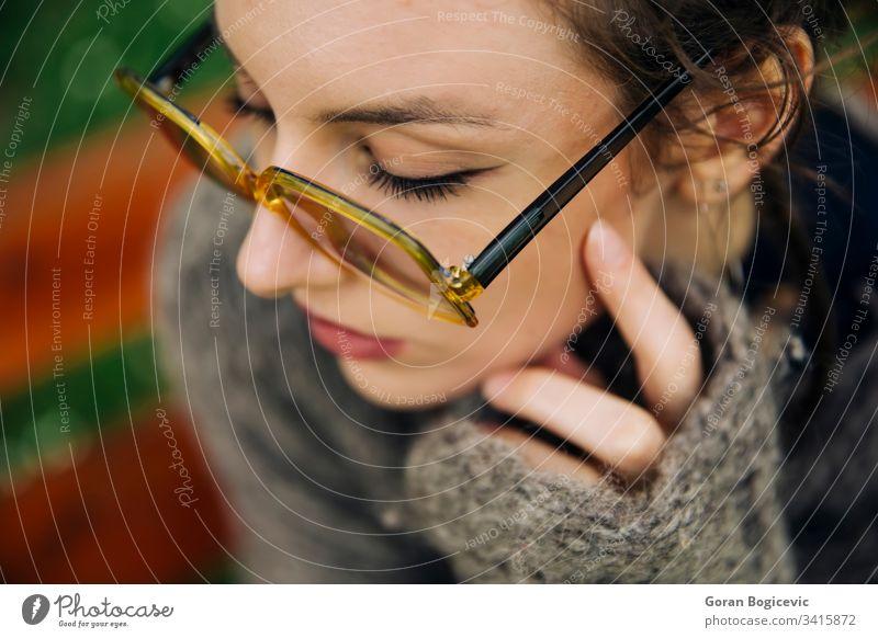 Junge Frau im Pullover, die im Park posiert modern schön hübsch Erwachsener Natur Porträt Schönheit Person Glück Menschen Mädchen jung Behaarung Mode attraktiv