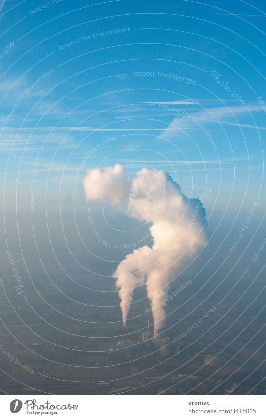Luftaufnahme eines Kraftwerks mit Kühlturmwolken am blauen Himmel Energiezentrum Wasserdampf Abgas Smog Industrie Umwelt Umweltverschmutzung Farbfoto