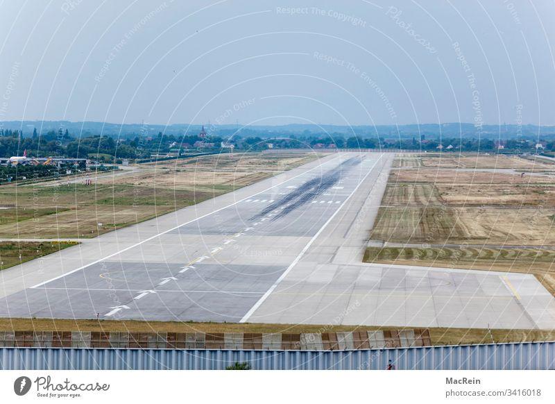 Flugplatz Hamburg-Finkenwerder Landebahn Piste Start Landung Landemarkierungen Flugzeuge niemand textfreiraum