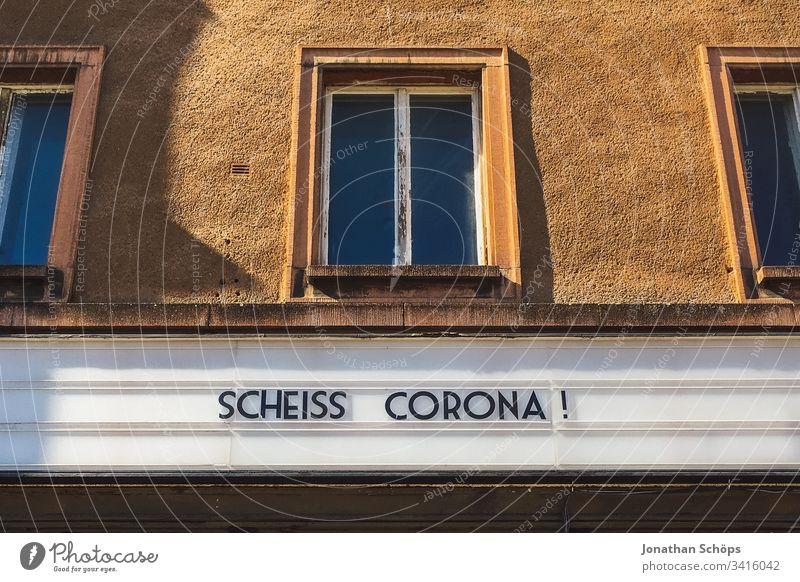 Scheiß Corona! Ärger über den Coronavirus auf einer Anzeigetafel an einer Fassade Menschenleer Risiko Panik corona hysterie scheiße Kraftausdruck Fluchen Haus