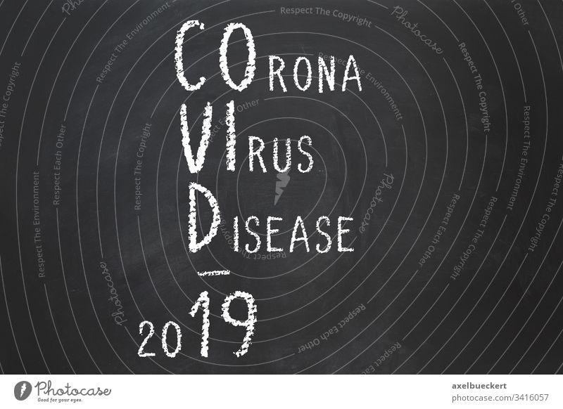 Coronavirus Krankheit Covid-19 Akronym erklärt Virus covid-19 Name Abkürzung Kreide Text Tafel Erklärung erklären Pandemie Ausbruch sars-cov-2 Seuche viral