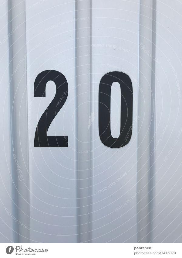 Schwarze Zahl 20 auf Garagentor aus Wellblech 2020 zahl wellblech garagentor Farbfoto Menschenleer Ziffern & Zahlen Textfreiraum oben Textfreiraum unten