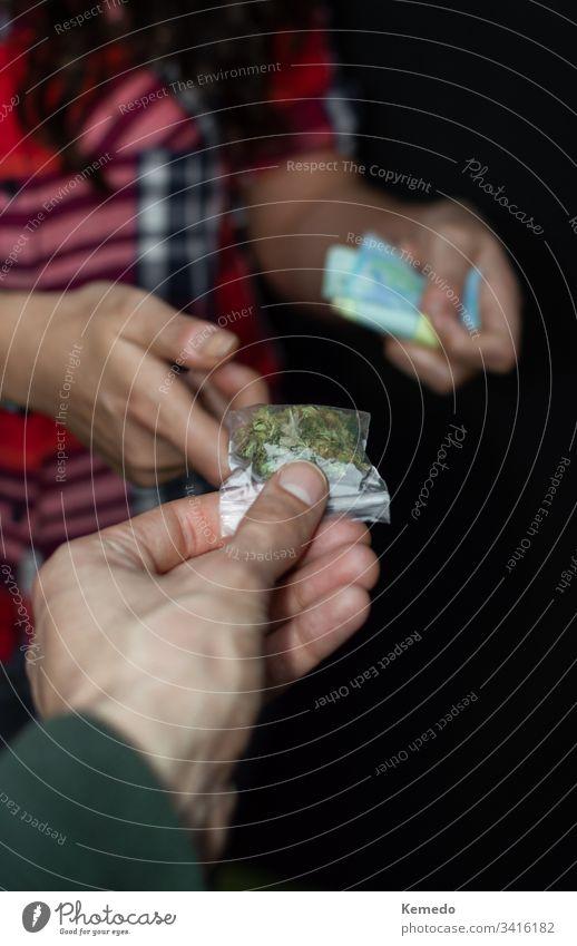 Ego-Sicht auf Menschen, die Marihuana oder Drogen kaufen und bezahlen, isoliert auf schwarzem Hintergrund. Drogenhandel: Verkauf und Kauf von Marihuana.