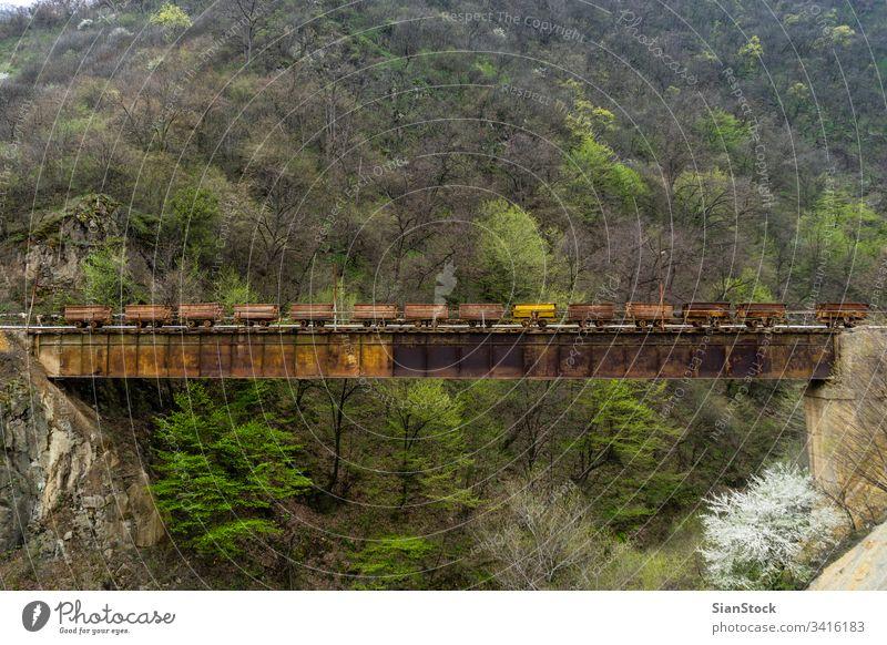 Alter Zug der Minen von Akhtala, Armenien Bergbau Kohle alt gold Industrie Gerät Schiene bügeln Metall Mineral Verkehr Erz kupfer Energie industriell