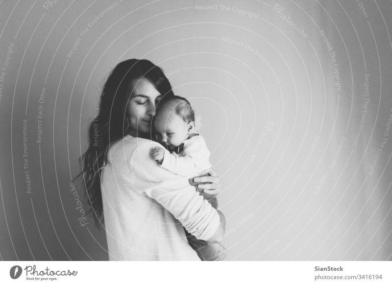 Glückliche Mutter mit niedlichem Mädchen Baby Mama Familie Kind Spielen schön Fröhlichkeit jung Liebe Tochter wenig weiß Gesundheit Frau bezaubernd Eltern