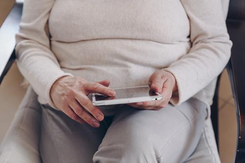 Ältere Frau mit Tablette Mitte Lebensalter Person Freizeit Technik & Technologie gealtert Blick Internet Fett korpulent haevy Business lesen digital älter