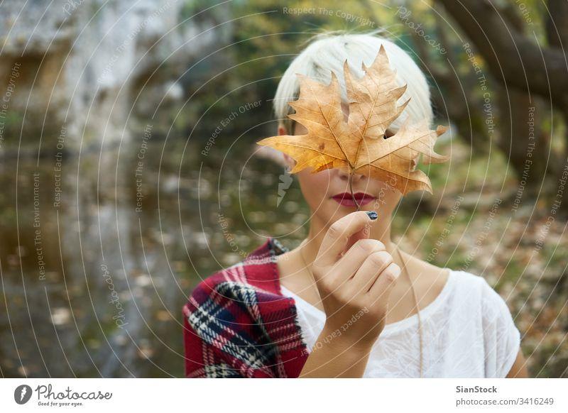 Blonde Frau im Urlaub. glühend Person Flamme Party Wald Winter Wälder See funkeln Wunderkerze Jahr jung Feiertag schön Beteiligung Vorabend Funken Feuer