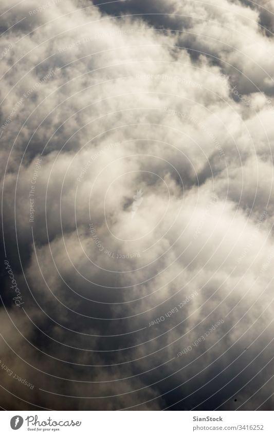 Himmel und Wolken aus einem Flugzeug Ebene Ansicht Fenster Cloud blau oben Air schön Wolkenlandschaft reisen Hintergrund Fluggerät Natur weiß Sonnenuntergang
