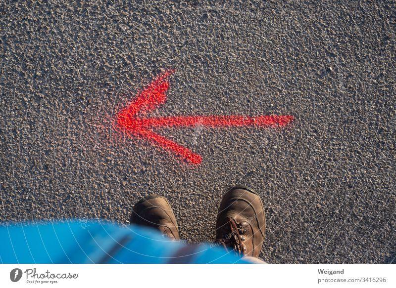 pfeil richtung links Richtung Menschenleer Wegweiser Orientierung Pfeil Navigation Hinweisschild zeigen Straße Empfehlung Fahrbahnmarkierung