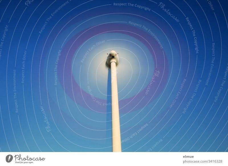 Windrad - Langzeitbelichtung mit blauem Himmel drehung energie windkraft drehen Physik enrgieerzeugung windenergie rotor flügel Windkraftanlage Außenaufnahme