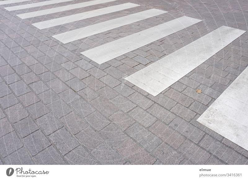 Zebrastreifen auf verkehrsberuhigter Straße Sicherheit Überweg Fußgängerüberweg weiß Streifen überqueren Straßenseite Form Geometrie öffentlicher Raum Verkehr