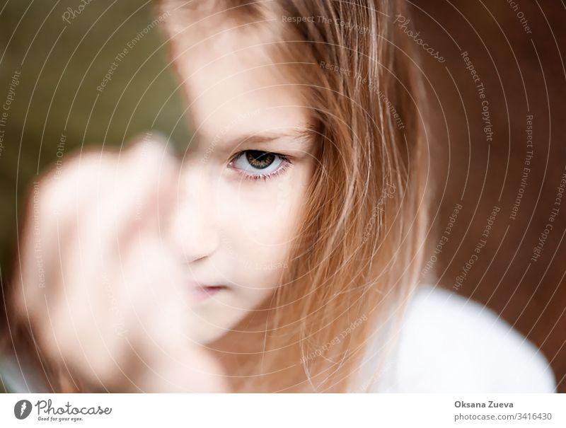 Mädchenporträt in Nahaufnahme, emotionales Foto, Herausforderung, Protest. schön Porträt männlich Errungenschaft Gesicht lässig Business jung Atelier Symbol