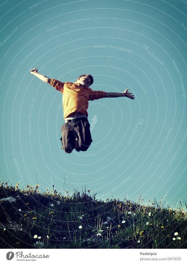 Endlich Sommer! Mensch Kind Himmel Jugendliche Sonne Freude Junger Mann Wiese Gefühle lachen Frühling Glück springen Stimmung orange