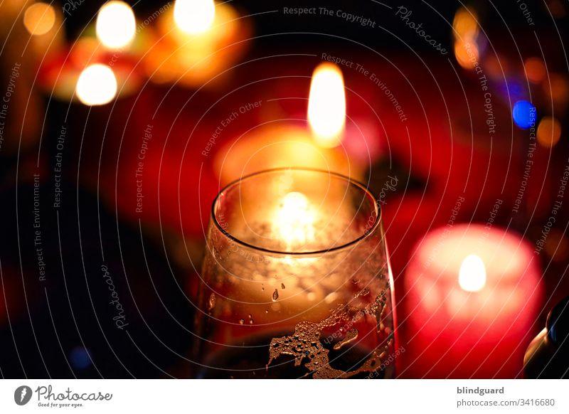 Romantischer Abend bei einem Glas Bier und Kerzenschein Schaum Getränk Alkohol Erfrischungsgetränk Lebensmittel trinken Detailaufnahme Farbfoto Kunstlicht