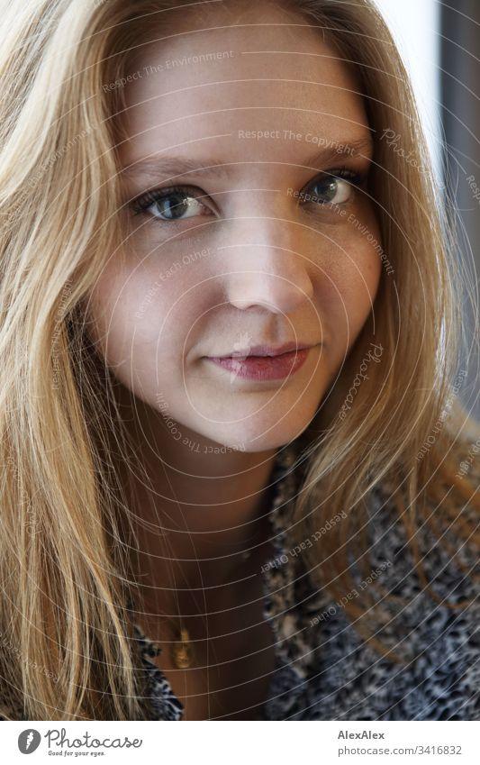 Portrait einer jungen Frau Schlank körnung elegant Stil schön Leben Wohnung Raum Junge Frau Jugendliche Gesicht 18-30 Jahre Erwachsene langhaarig beobachten