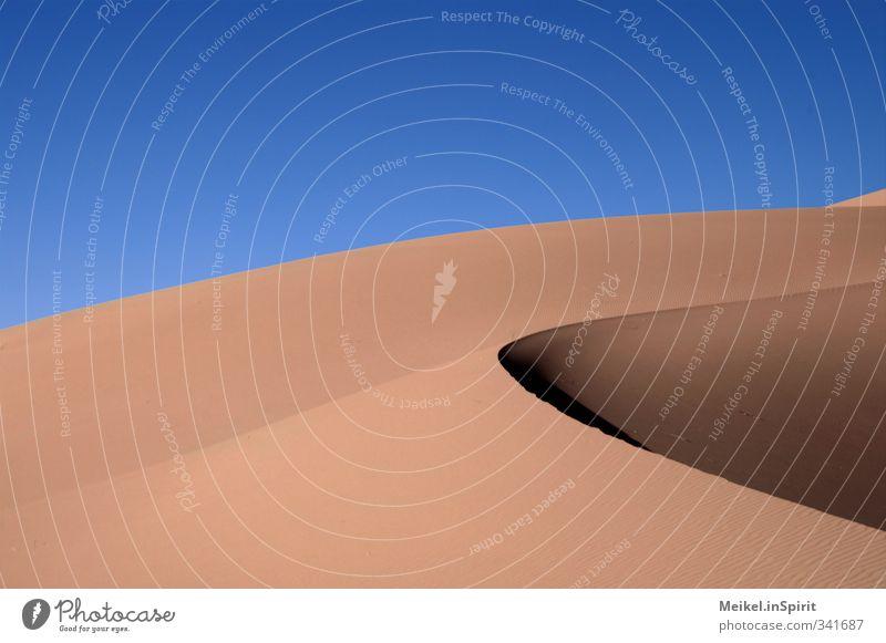 Düne Landschaft Erde Sand Sommer Klima Schönes Wetter Wüste Sahara Marokko Erg Chebbi Schatten dunkel heiß hell Wärme blau braun gelb gold orange ruhig